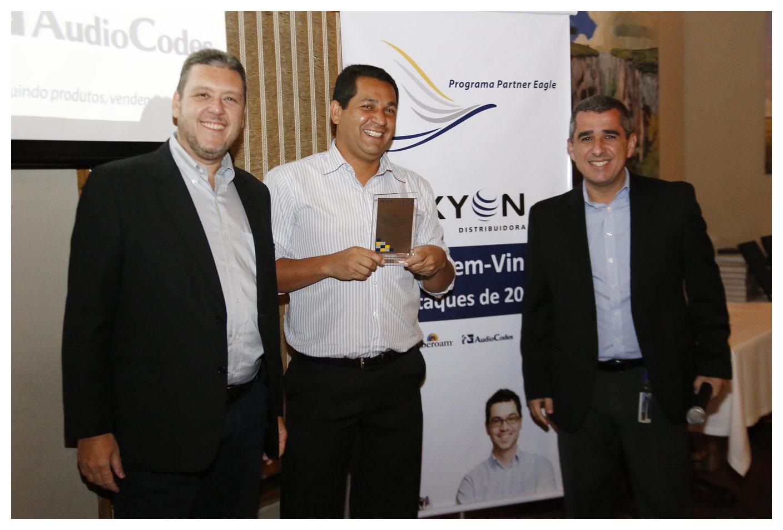 Eduardo Dias recebe o prêmio Partner Eagle da Axyon pela INOVAX